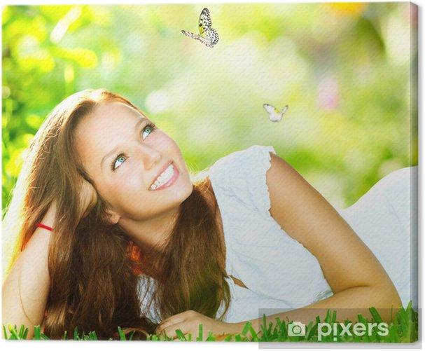 Obraz na płótnie Wiosna Beauty. Piękna Dziewczyna leży na zielonej trawie outdoor - Szczęście