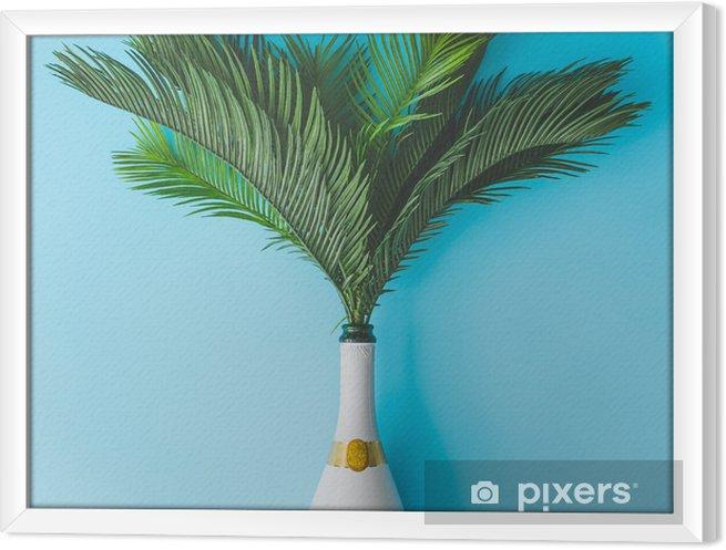 Obraz na płótnie w ramie Butelka szampana z tropikalnych zielonych liści palmowych na pastelowym niebieskim tle. koncepcja lato wakacje z creative copy space. letnie tropikalne uroczystości party płaskie lay. - Styl życia