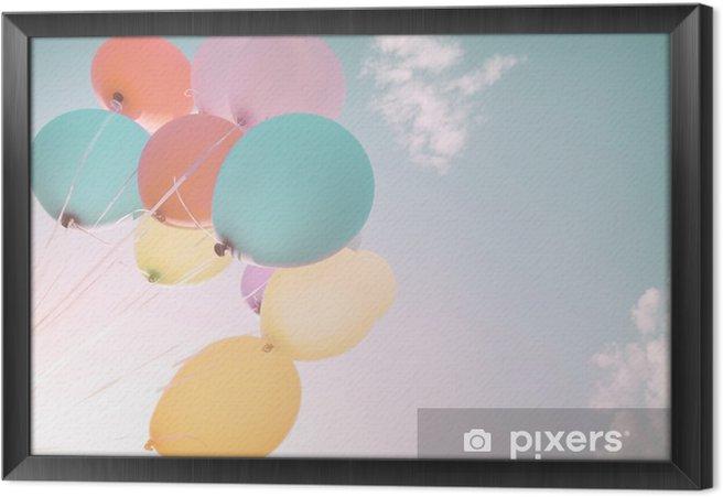 Obraz na płótnie w ramie Kolorowe balony w letnich wakacji. Pastel filtr kolorów - Hobby i rozrywka