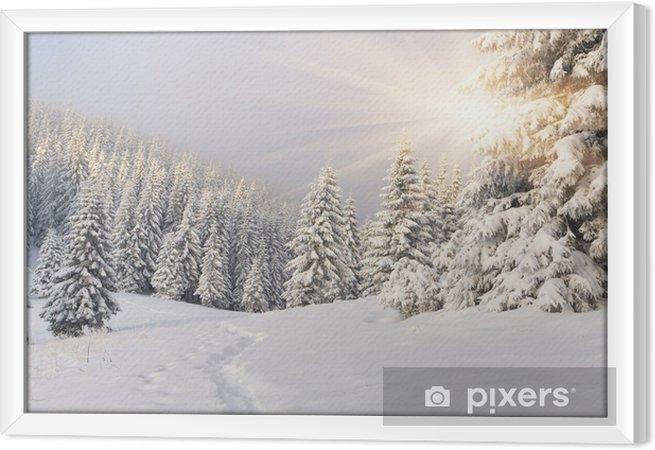 Obraz na płótnie w ramie Malowniczy zimowy krajobraz w górach -