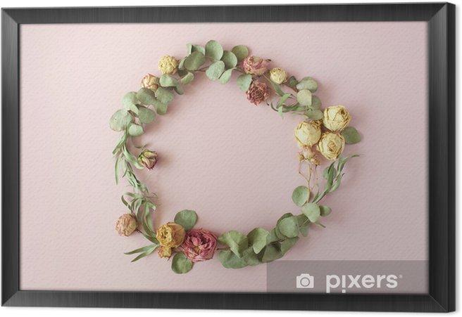Obraz na płótnie w ramie Okrągły rama wieniec wzór z róż, różowe pąki kwiatowe, gałęzi eukaliptusa i liści na różowym tle. płaskie lay, widok z góry - Hobby i rozrywka