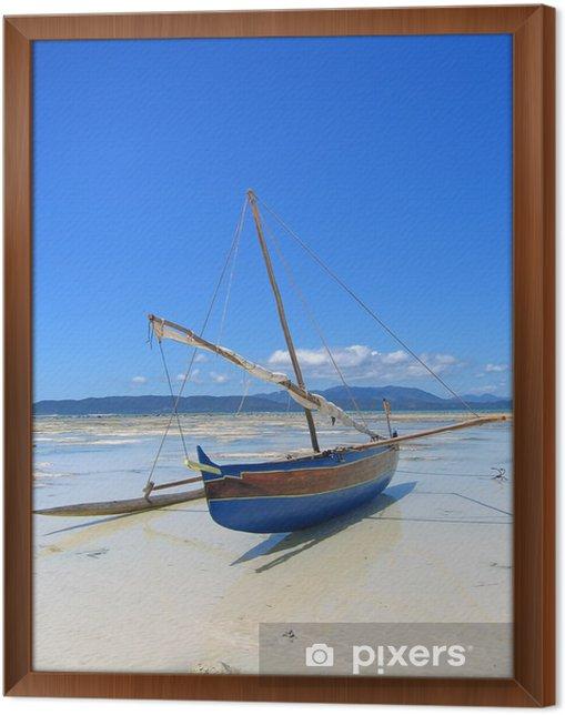 Obraz na płótnie w ramie Szczegółowo łodzi rybackiej leży na plażę, Nosy Iranja - Tematy