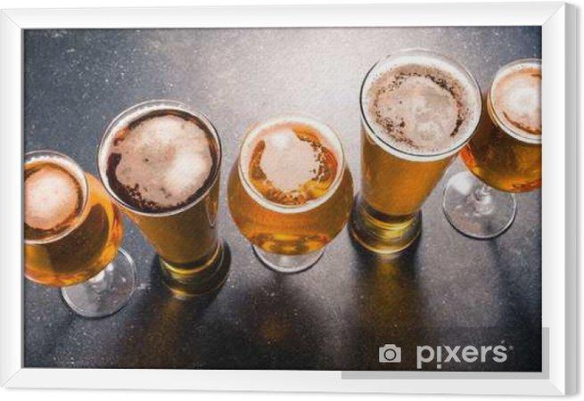 Obraz na płótnie w ramie Szklanki piwa na ciemnym stole - Napoje