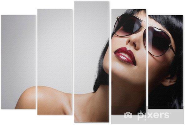 Pentaptyque Belle femme brune avec coiffure tourné avec des lunettes de soleil  rouges 05e4ed6a3a3c