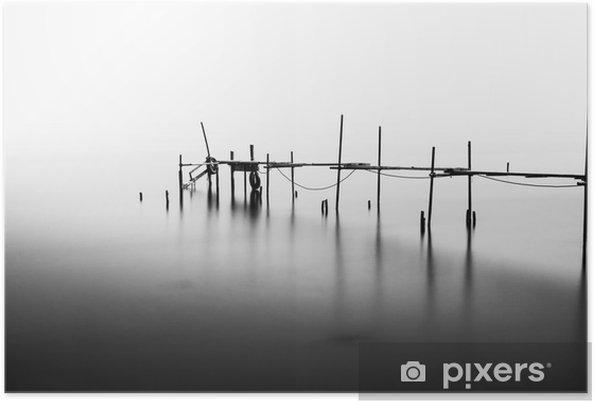 En lang eksponering af en ødelagt pier i midten af havet. Behandlet i B & W. Plakat - Landskaber