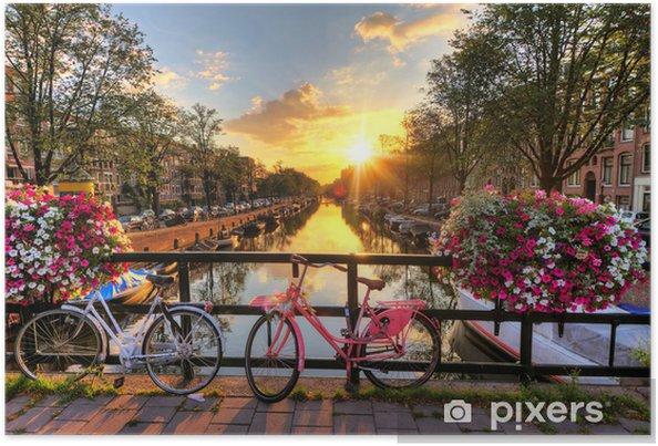 Smuk solopgang over Amsterdam, Holland, med blomster og cykler på broen om foråret Plakat -