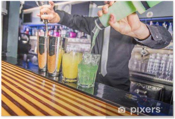 Plakat Barman czyni koktajl na imprezie - Napoje