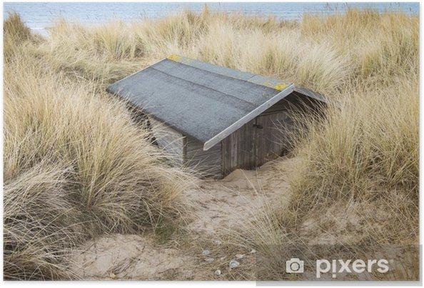 Plakat Beach Hut pochowany w piasku na Brancaster, Norfolk, UK - Wakacje