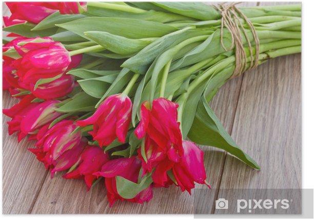 Plakat Bukiet tulipanów na drewnianym stole - Wolność