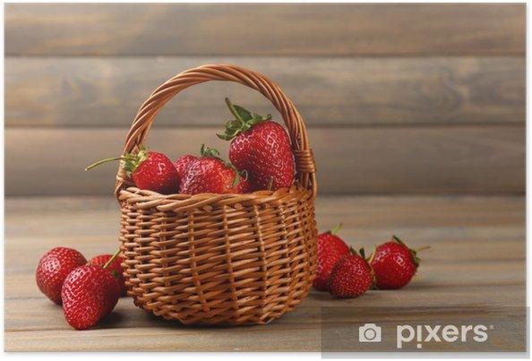 Plakát Červené zralé jahody v proutěném koši na dřevěném pozadí - Témata