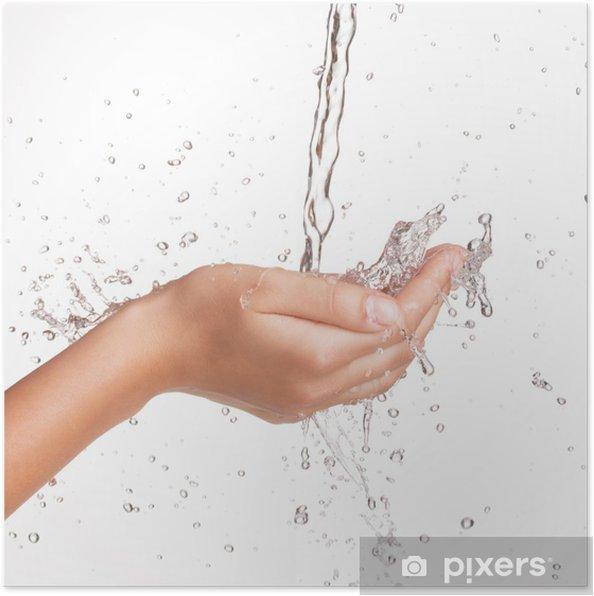 Plakát Detailním ženské ruce pod proudem stříkající vodě - Životní styl, péče o tělo a krása