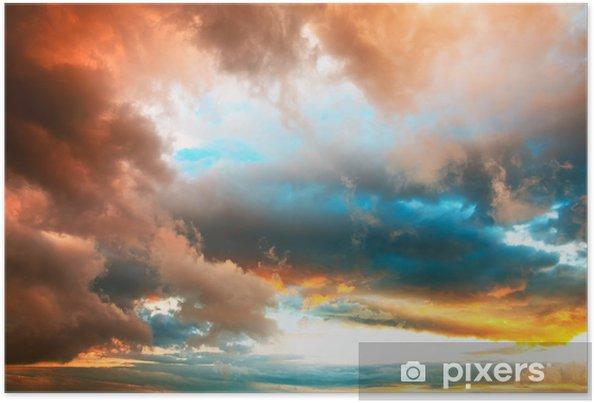 Plakat Dramatyczne niebo wieczorem z żywymi kolorowe chmury - Niebo