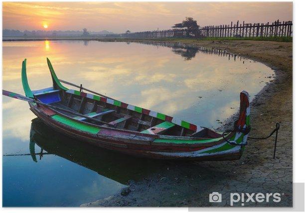 Plakat Drewniana łódź w Ubein Bridge na wschód słońca, Mandalay, Myanmar - Azja