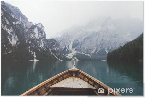 Plakat Drewno w łodzi jeziora Braies - Relaks