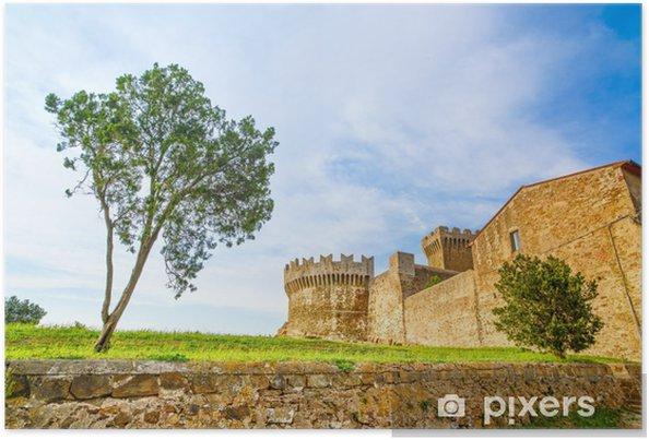 Plakat Drzewo w Populonia średniowiecznego zabytku wsi. Toskania, Włochy. - Europa