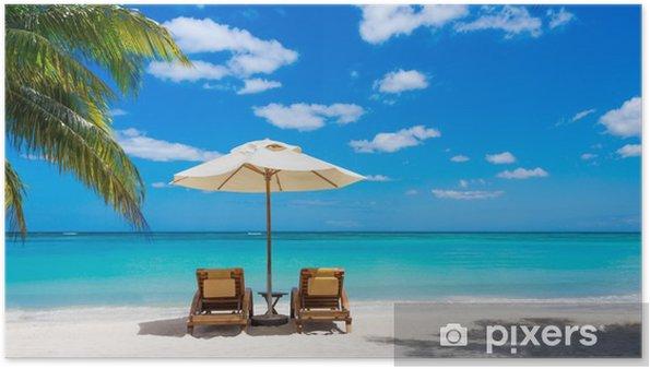 Plakat Dwa leżaki na idyllicznej plaży biały z przodu turquo - Palmy