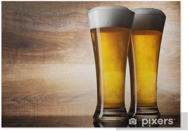 Plakat Dwie szklanki do piwa na tle drewna z copyspace - Posiłki