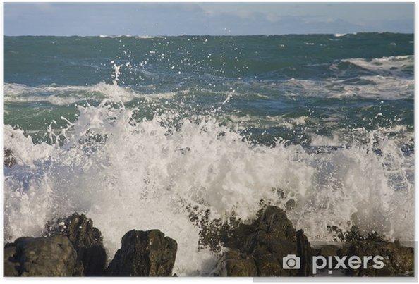 Plakat Fal na skałach na plaży w Nowej Zelandii - Woda