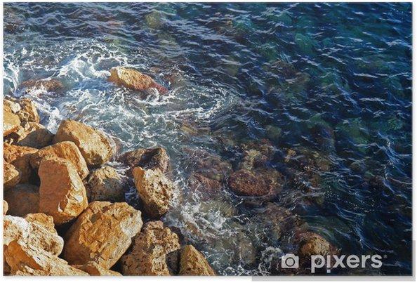 Plakat Fale walenie przed przybrzeżnych skałach - Woda