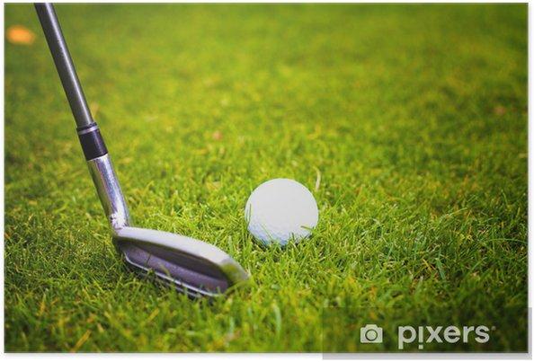 Plakat Golf piłkę przed uderzeniem z klubu z tee - Sporty indywidualne