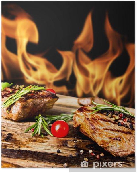 Plakat Grillowane steki wołowe z płomieni na tle - Mięso
