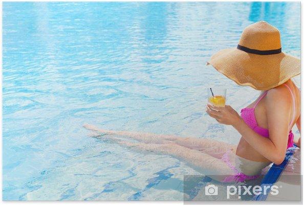 Plakát Hezká žena v klobouku se těší koktejl v bazénu - Žena