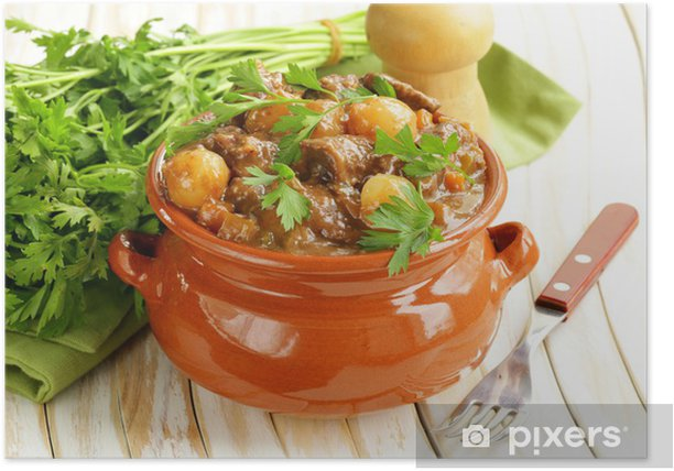 Plakát Hovězí guláš se zeleninou a bylinkami v hliněné nádobě - komfort potravin - Jídla