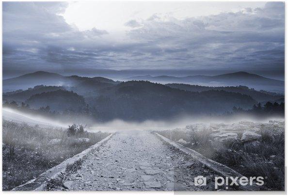 Plakat Kamienista ścieżka prowadzi do dużych gór mglistych - Niebo