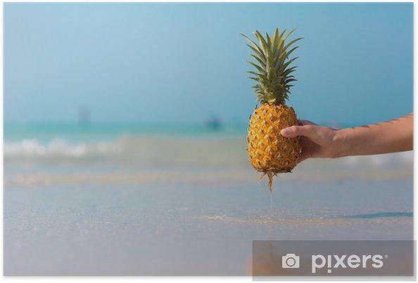 Plakat Kobieta ręka trzyma ananasa na niebieskim tle morza - Jedzenie