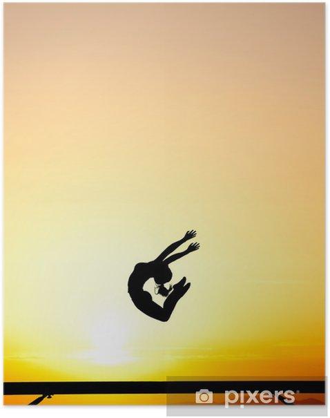 Plakat Kobieta skacze gimnastyczka na równoważni w zachodzie słońca -