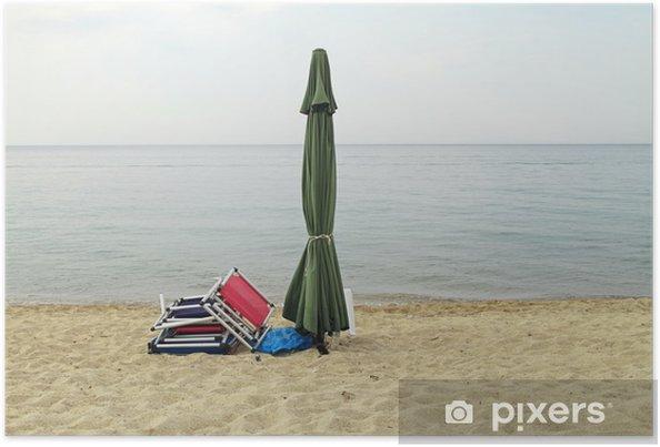 Plakát Konec léta. Uzavřená slunečník a lehátka na prázdné pláži - Roční období