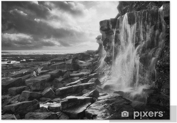 Plakát Krásná krajina obrázek vodopád teče do skály na pláži - Nebe