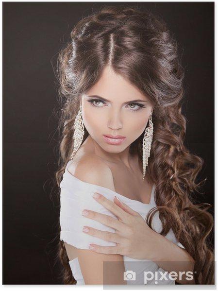 90d6b7f065f7 Plakát Krásná žena s kudrnatými vlasy a večerní make-up izolovaných ...