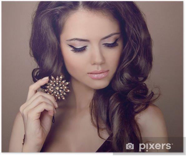 134156537535 Plakát Krásná žena s kudrnatými vlasy a večerní make-up. Šperky a ...