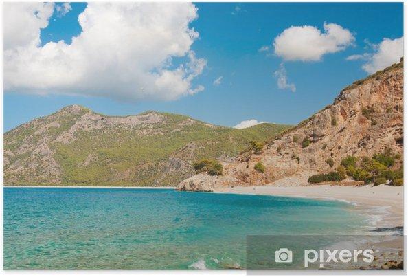Plakát Krásné surf na pláži. Hory na obzoru. - Prázdniny