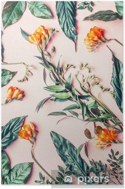 Plakat Kreatywne mieszkanie leżał wykonany z tropikalnych kwiatów i liści na pastelowym różowym tle, widok z góry - Rośliny i kwiaty