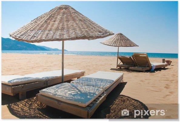 Plakat Leżaki i parasole na piaszczystych nadmorskich ratanowe. - Wakacje