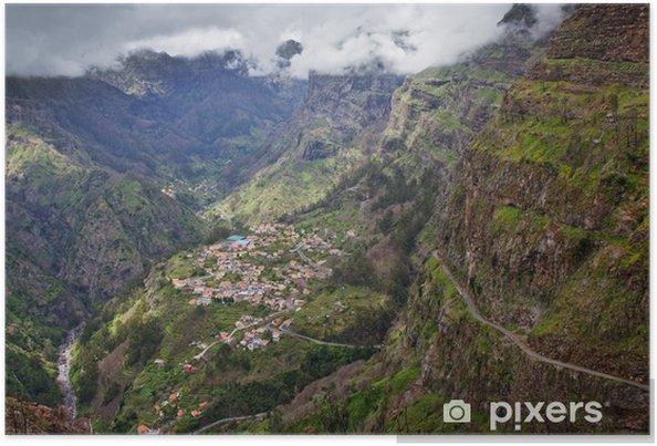 Plakat Mała wioska w wysokich górach na wyspie Madery, Portugalia - Europa
