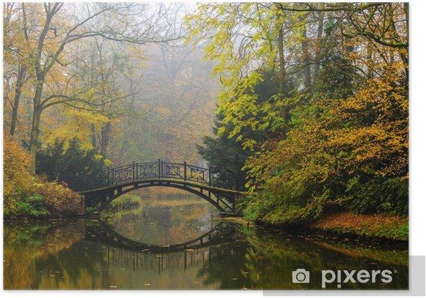 Plakat Malowniczy widok mglisty krajobraz jesień z pięknym starym mostem w ogrodzie z czerwonym liściem klonu. - Krajobrazy