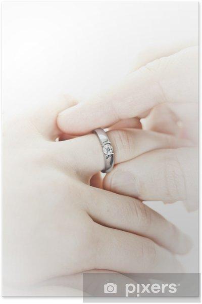 Plakat Man Uvedeni Zasnubni Prsten Na Prst Pixers Zijeme Pro Zmenu
