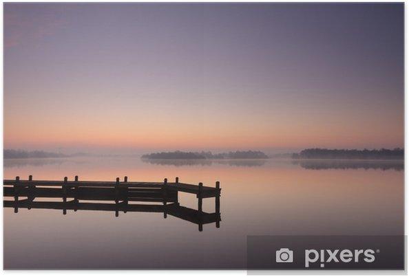 Plakat Molo na jeziorze podczas spokojnej, mglisty świt. - Tematy
