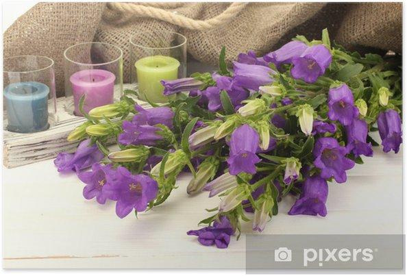 Plakat Niebieskie kwiaty, świece i dzwon na białym płótnie drewniane - Kwiaty