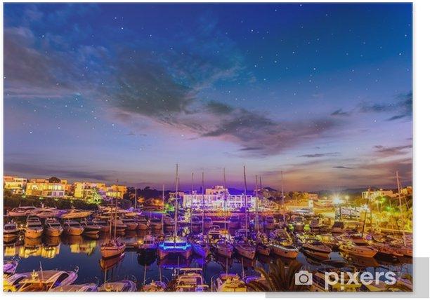 Plakat Panoramiczna noc scena Cala d `or port w Mallorca. astrofotografia na panoramę miasta Santanai. - Krajobrazy