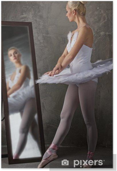 Plakat Piękna tancerka baletowa przy lustrze - Balet