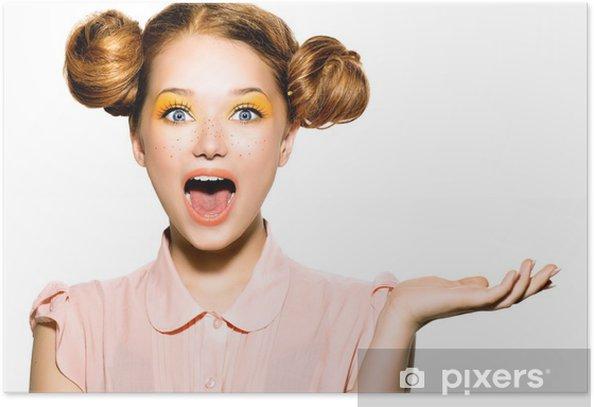 Plakat Piękne radosne teen Dziewczyna z piegami i żółty makijaż - Nastolatkowie