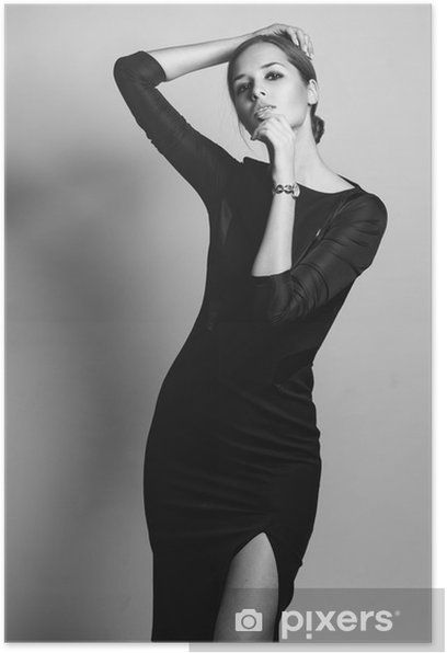 Plakat Piękny model kobieta stwarzających w eleganckiej sukni w studiu - Kobiety