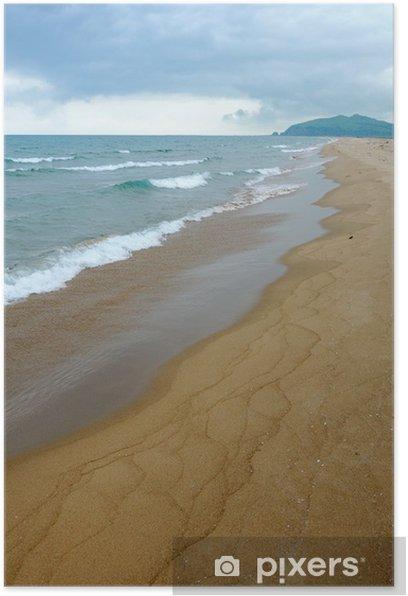 Plakát Písečná pláž pohled s vlnitými zelené moře a zatažené obloze - Voda