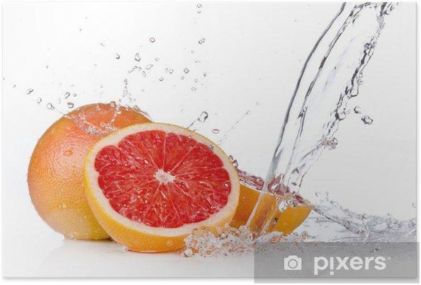 Plakat Plasterek grejpfruta w plusk wody, na białym tle - Owoce