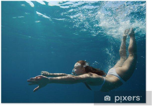 Plakat Podwodny widok kobiety pływanie w oceanie - Sporty wodne