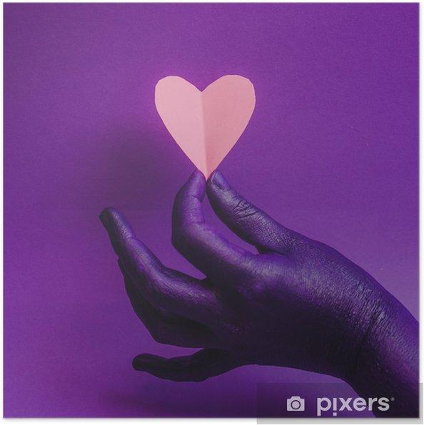 Plakat Ręka kobieca, symbolizująca piękno i pielęgnację skóry. trzymając papierowe serce różowy. tło mody, fioletowe neonowe kolory. minimalizm. - Ludzie
